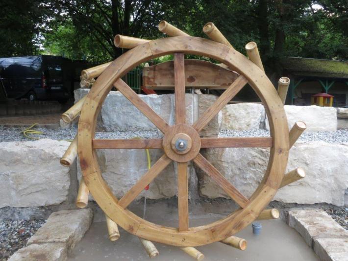 WASSERSPIEL Wasserrad mit Bambusbechern aus Bambusrohr zum Spielen für Kinder