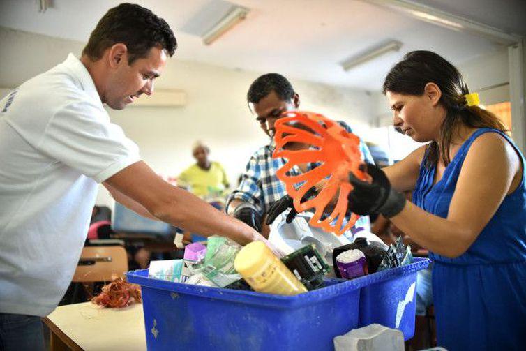 Coleta de materiais recicláveis é parte de projeto social em Tabatinga
