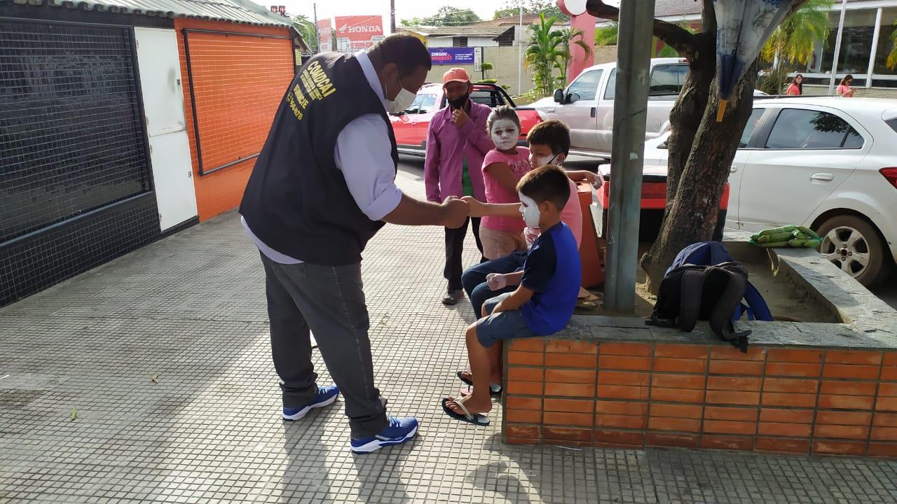 """Conselho Tutelar denuncia esquema de """"aluguel de crianças"""" para pedir dinheiro em semáforos de Manaus"""