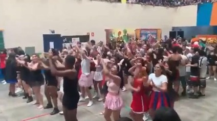 Com funk e dancinhas, estudantes promovem aglomeração em escola de Manaus