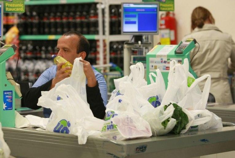 A lei que proíbe a distribuição gratuita de sacolas plásticas gerou discussões entre a população manauara