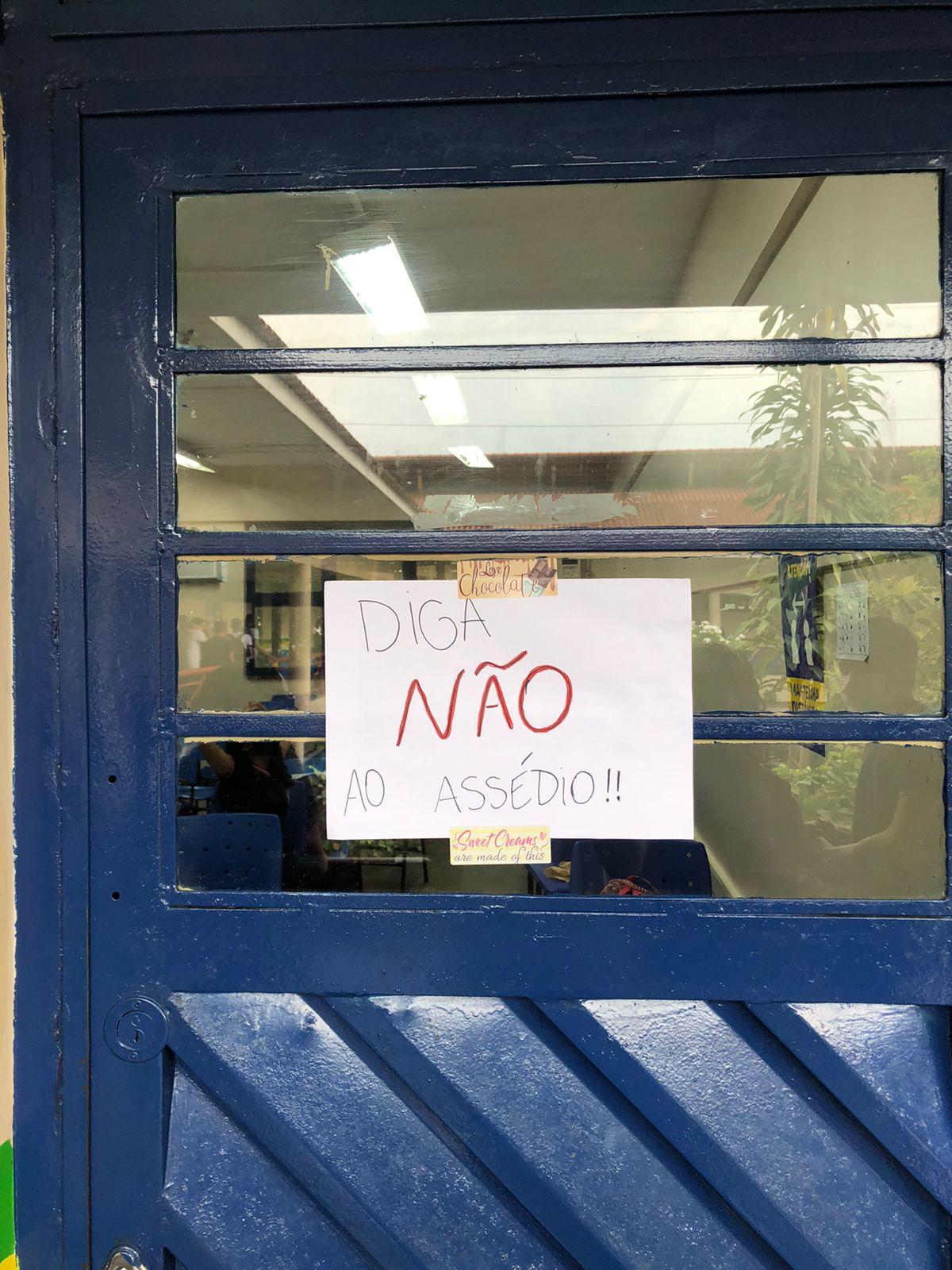 Alunos de escola pública de Manaus protestam contra professor suspeito de assediar alunas
