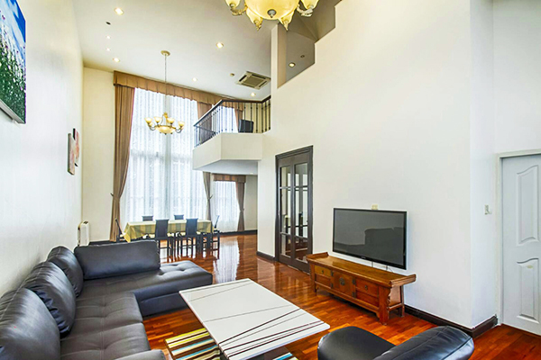 Baan Klang Krung (British Town Thonglor) – Sukhumvit townhome for rent   1.3 km. to Thong Lo BTS (Thonglor) – ทองหล่อ    lots of hip restaurants & cafes around