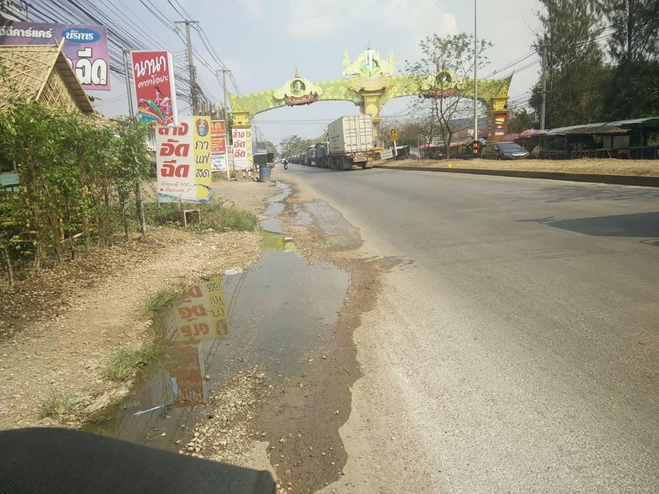 On approche de la frontière, les camions font la queue en attendant de franchir la frontière vers le Cambodge