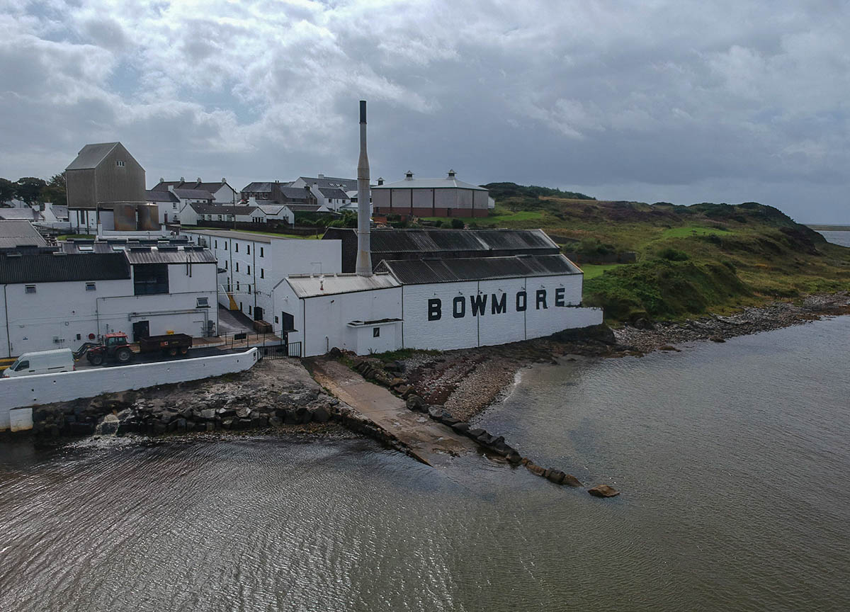 Bowmore-Whisy-Distillery-on-Islay-Island-on-Road-Trip-in-Scotland