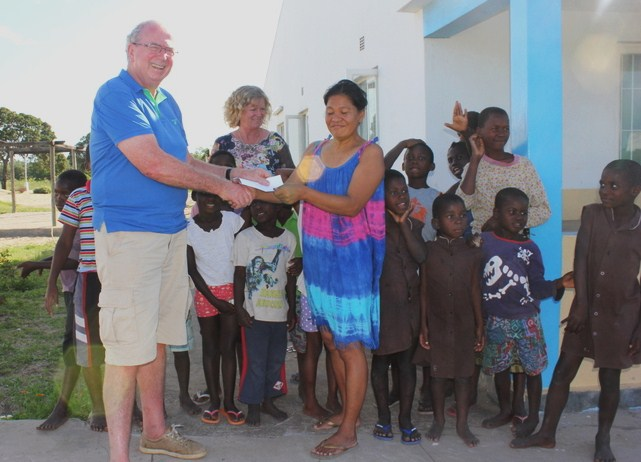 Stanley Presenting RC Bangor Cheque in2013 at Catembe 2 024