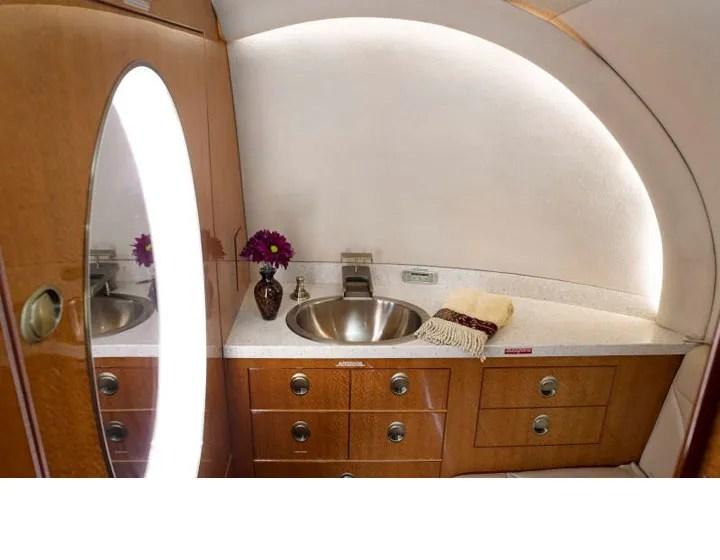 2006 Hawker 850XP lavatory