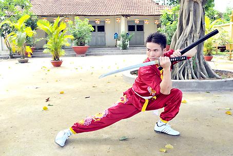 Võ sư Phi Ngọc Long biểu diễn một thế võ.