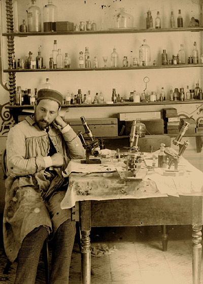 Santiago Ramon y Cajal en su laboratorio