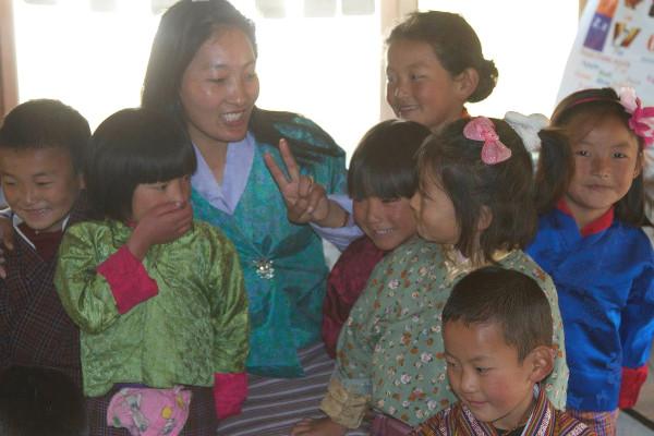 maitresse et eleves au Bhoutan - blog Bar a Voyages