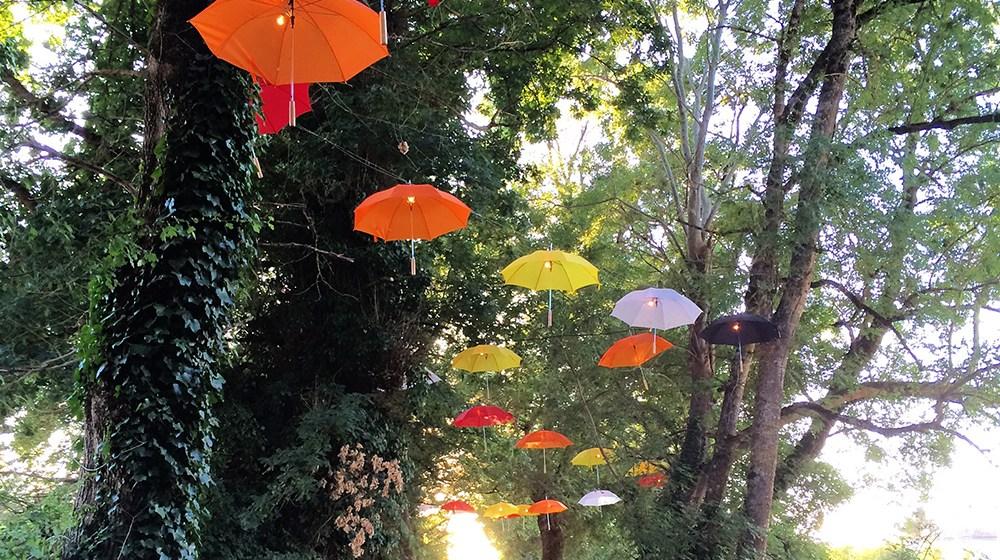 Déco parapluies de récup' pour les festival charentais Les Sarabandes 2015 à Bignac.