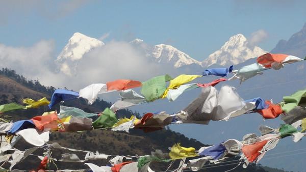 Drapeaux de prières accrochés devant les montagnes himalayennes