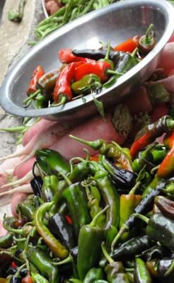 Piments au marché de Thimphou, base de l'art culinaire bouthanais