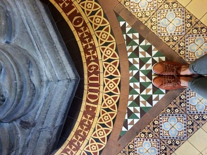 Détail du carrelage de la cathédrale de Glasgow, Royaume-Uni