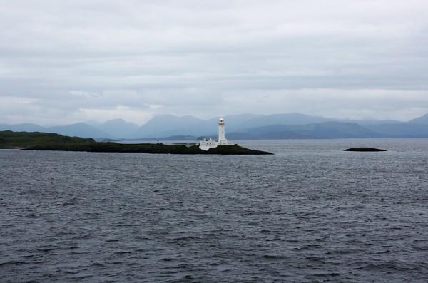 Un phare tout blanc dans le Sound of Mull sur la traversée en ferry vers Craignure