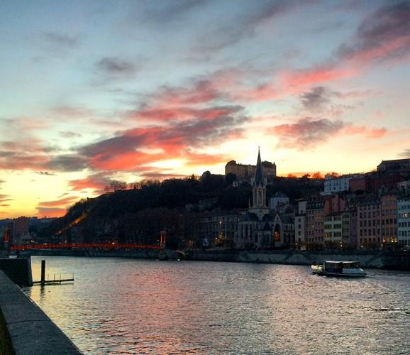 Lyon, vue sur l'église Saint-Georges depuis le quai Tilsitt sur la Saône au soleil couchant.
