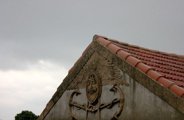 Détail sculpté sur le fronton d'une maison à Sète