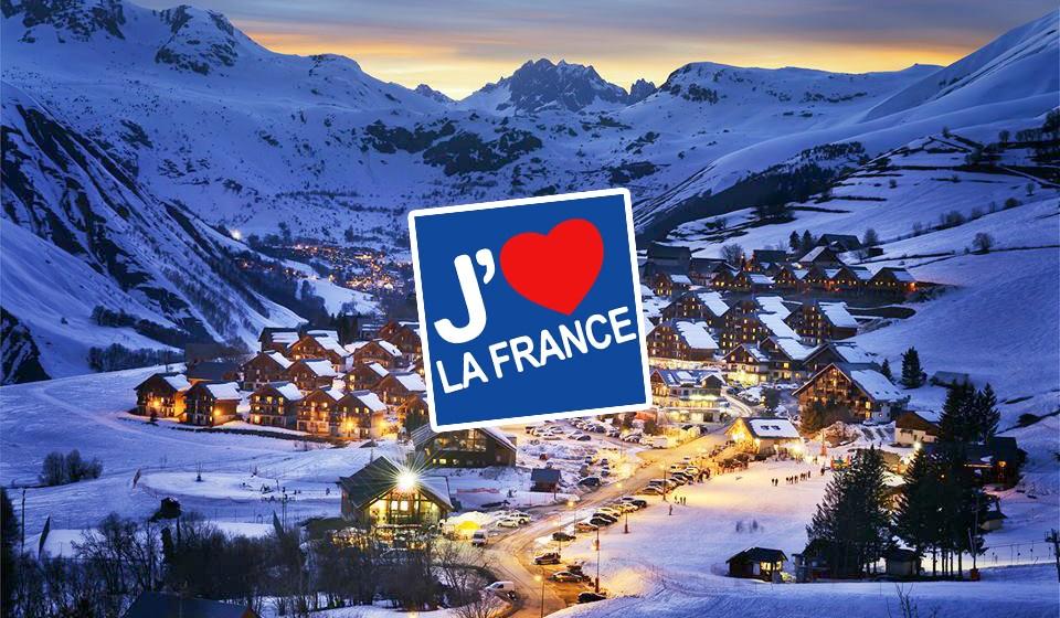 """Vue de Saint-Jean d'Arves, station de ski en Savoie (Rhône-Alpes) de nuit choisie comme photo de couverture du compte """"J'aime La France"""" des Offices de Tourisme de France"""