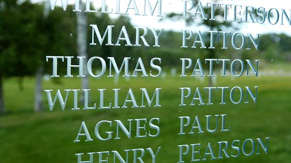 Les noms des migrants sont affichés autour du mémorial de Grosse Île - Québec