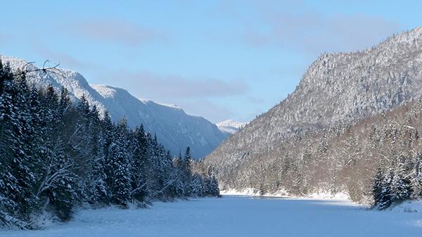 Monts enneigés dans le parc naturel de la Jacques Cartier - Québec