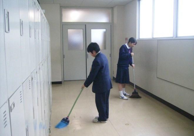 des écoliers japonais nettoient leur école
