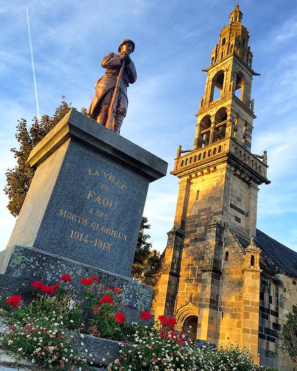 Lumières de fin de journée sur le monument aux morts devant l'église de Le Faou ©Magali Renard / Le Bar à Voyages
