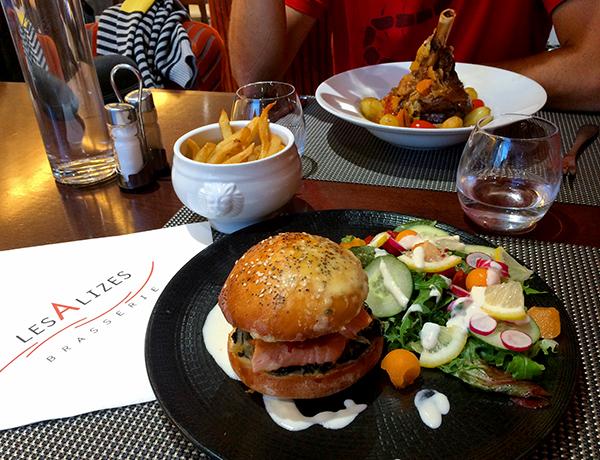 Burger saumon et souris d'agneau à la brasserie Les Alizés de Roscoff ©Magali Renard / Le Bar à Voyages