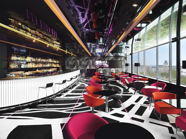 Intérieur du bar Sofitel à Luxembourg, bon plan pour une vue panoramique