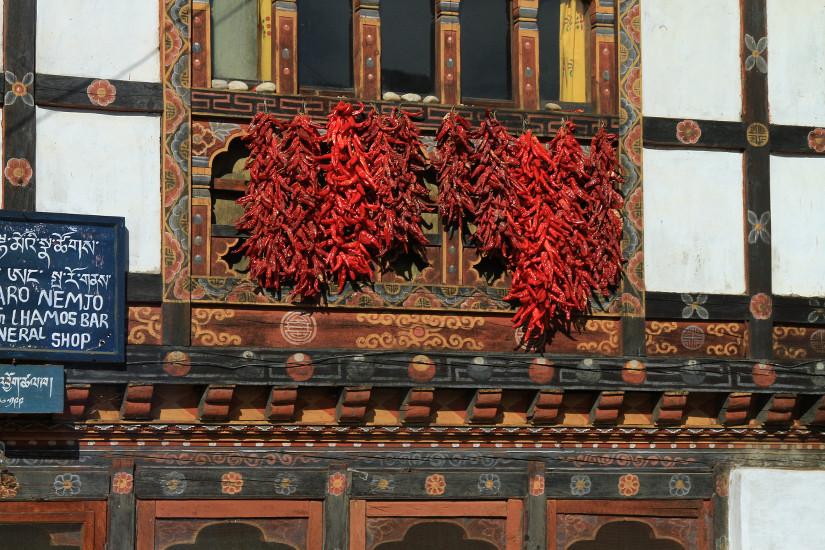 Façade avec des piments au Bhoutan - blog Bar a Voyages