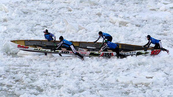 Course de canots sur le fleuve Saint-Laurent gelé ©Franck/Le Bar à Voyages