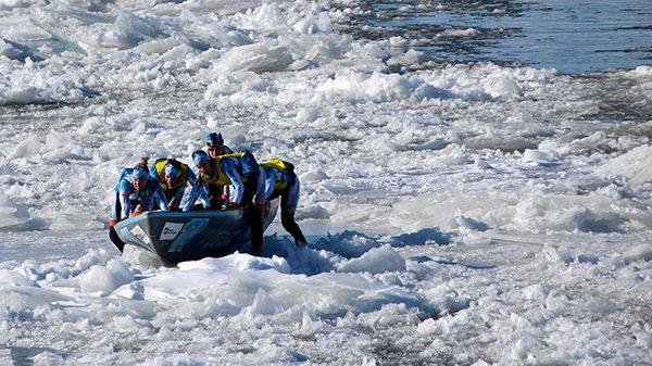 Quand la glace est trop dure, il faut descendre et porter le canot ©Franck/Le Bar à Voyages