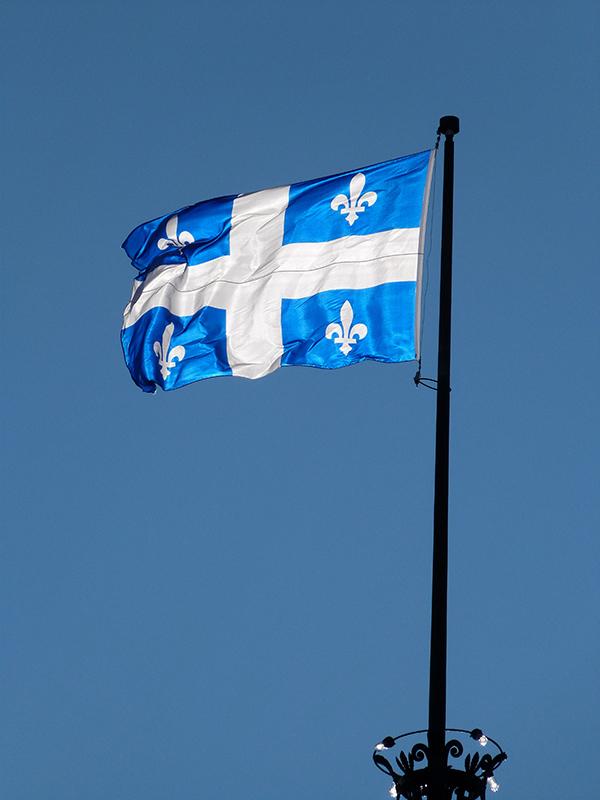 Le drapeau de la Vieille Province sous un soleil hivernal ©Franck/Le Bar à Voyages