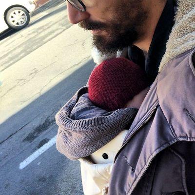 Dans le porte-bébé avec papa