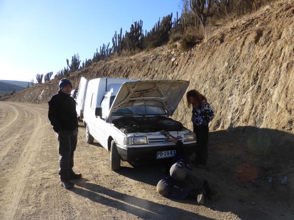 Les Chiliens viennent en aide à Sarah et Cendrine en panne