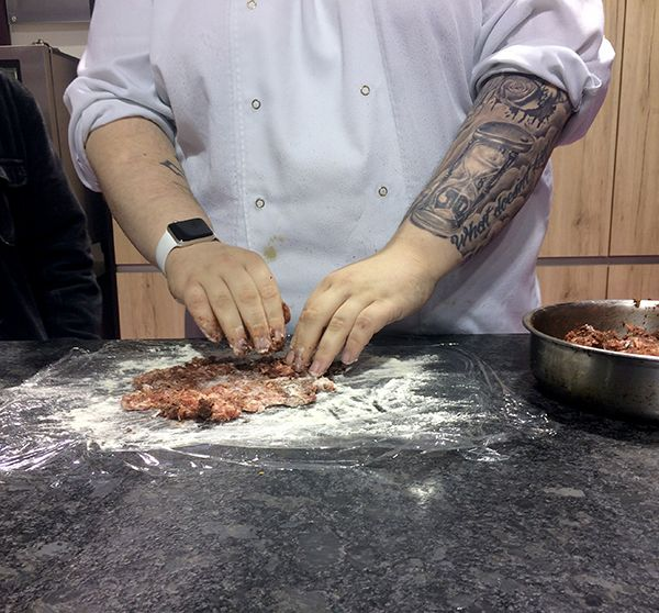 On forme des galettes avec le mélange boudin noir + saucisse