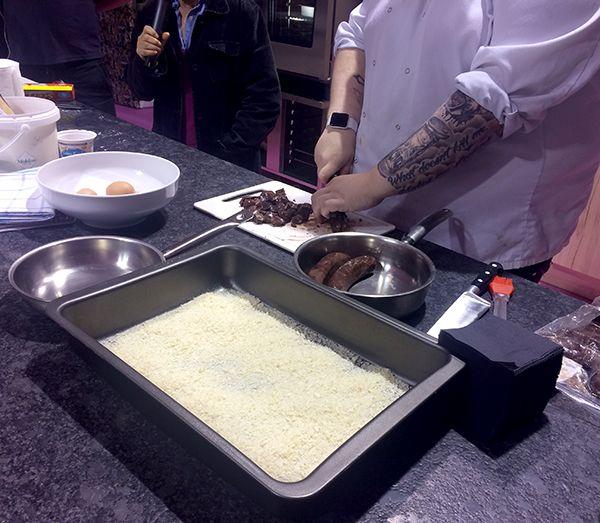 On coupe le boudin noir et les saucisses en petits dés pour les mélanger ensemble