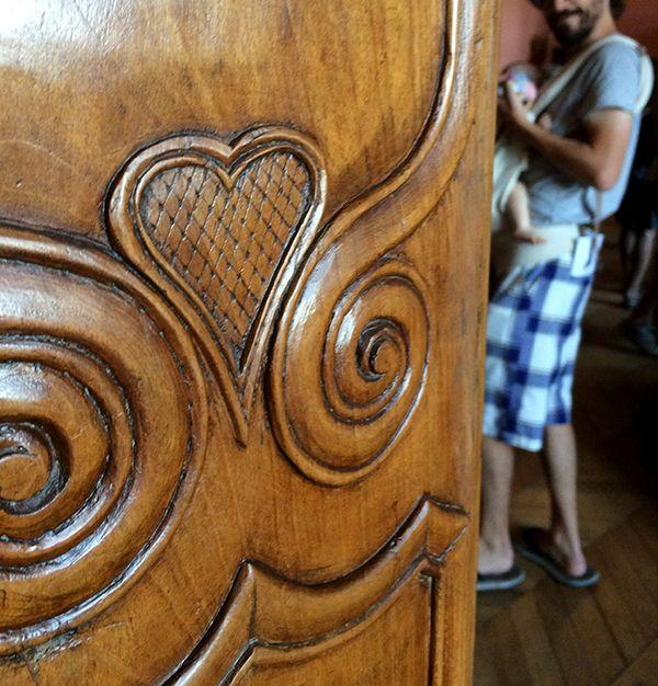 Coeur sculpté sur une porte en bois au château de Castelnau-Bretenoux