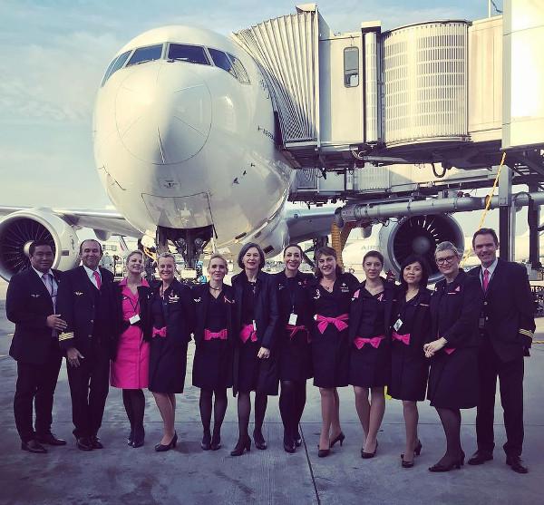 L'équipage du vol rose effectué pour l'association Les Hôtesses de l'Air Contre le Cancer
