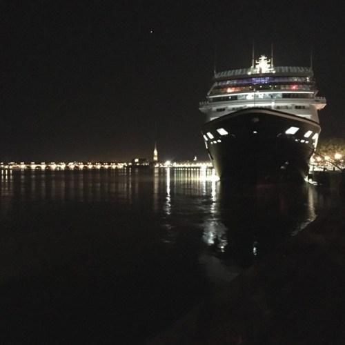 paquebot accosté de nuit à Bordeaux