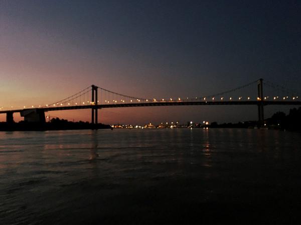 Le pont d'aquitaine de nuit