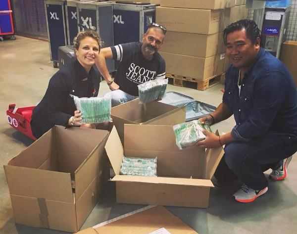 Les préparatifs des vols roses ; les bénévoles déballent les cartons