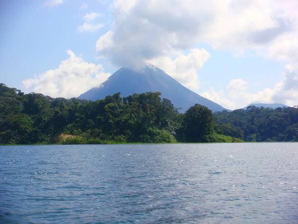 Le volcan Arenal vu depuis le lac