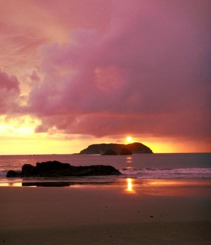 Sublime coucher de soleil sur l'océan Pacifique depuis le parc Manuel Antonio