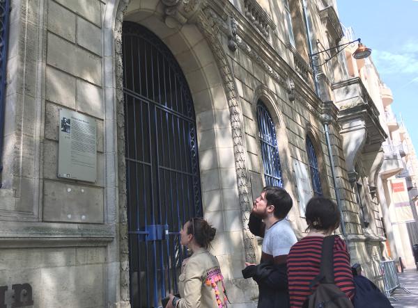 Notre groupe regardant une façade à la recherche d'un indice
