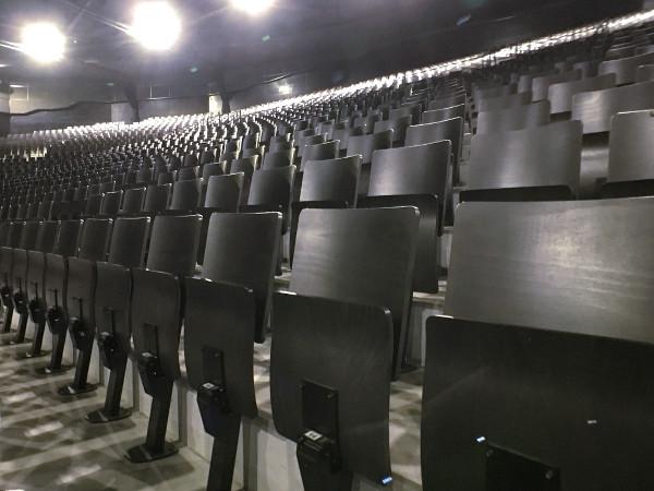 les sièges pliants de la salle de spectacle