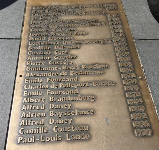 La plaque avec les noms des maires de Bordeaux
