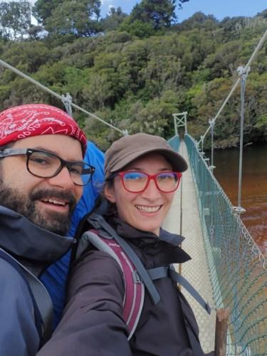 Deux randonneurs heureux en Nouvelle-Zélande