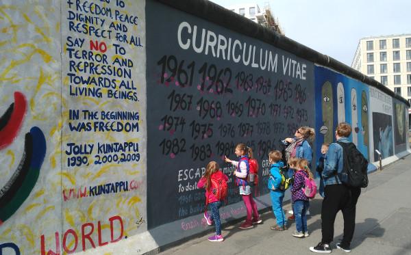 Famille et enfants devant le Mur de Berlin