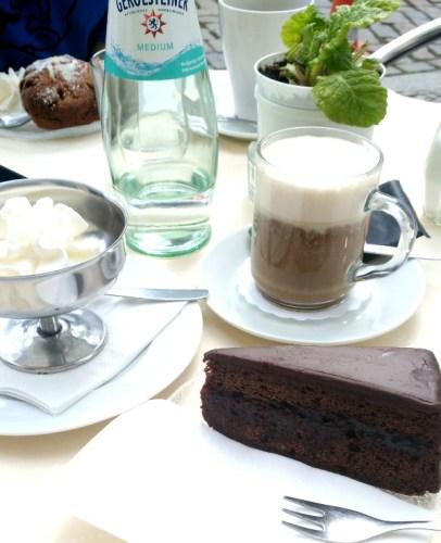 goûter avec café et gâteau au chocolat