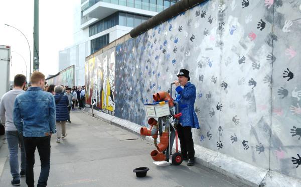 Artiste le long du Mur de Berlin